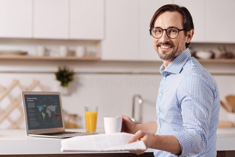 Homem de negócios maduro vívido que aprecia o trabalho autônomo em casa foto de stock