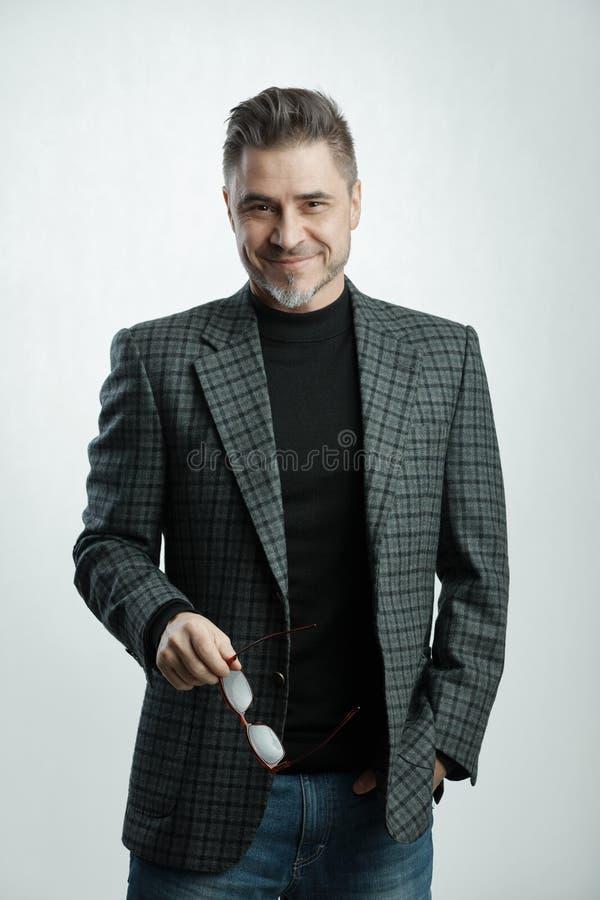 Homem de negócios mais velho feliz em ocasional de negócio imagem de stock