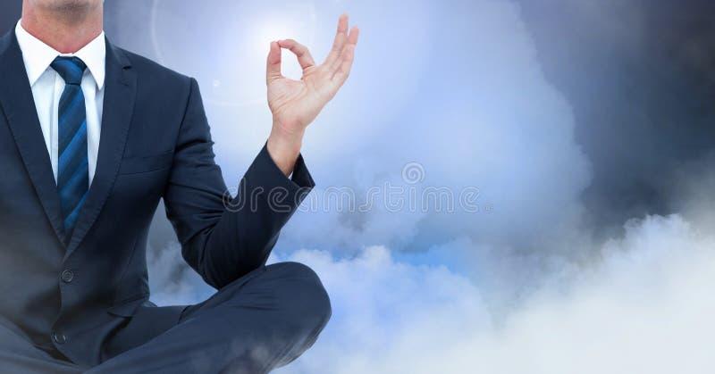 Homem de negócios Meditating com nuvens fotos de stock