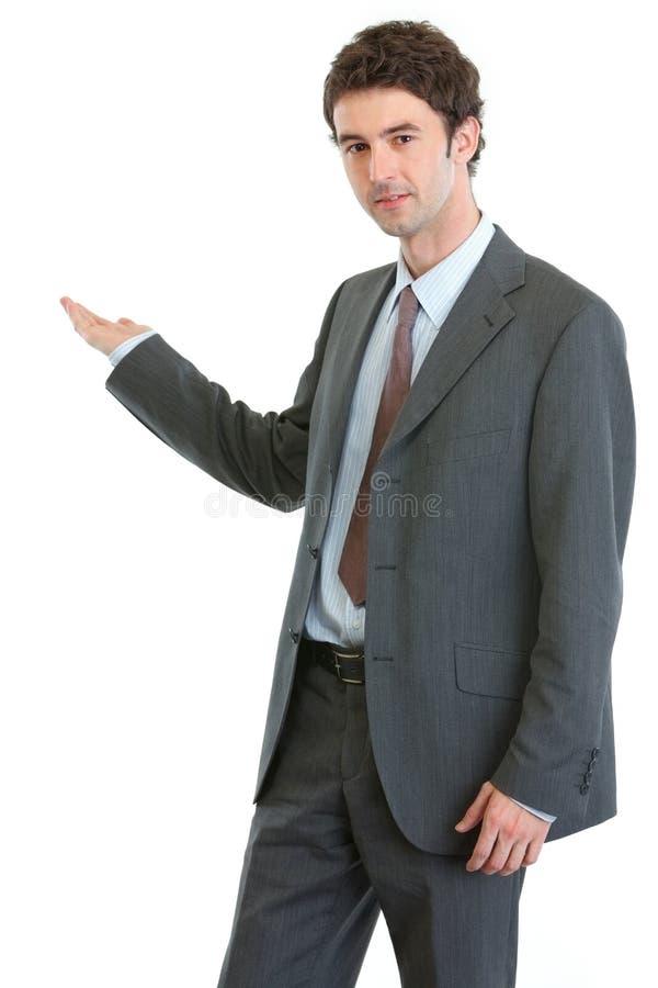 Homem de negócios moderno que mostra em algo fotografia de stock