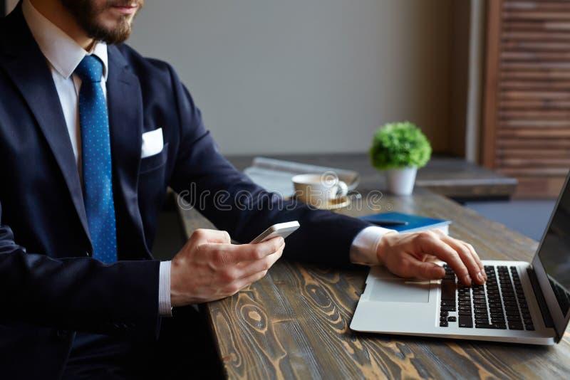 Homem de negócios moderno Using Devices imagem de stock