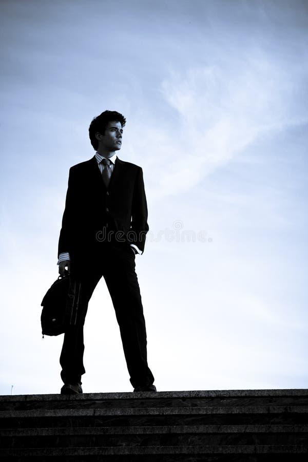 Homem de negócios mostrado em silhueta em escadas foto de stock