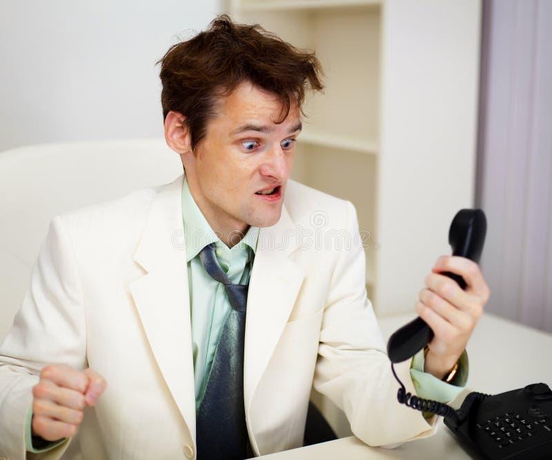 Homem de negócios muito irritado no escritório fotografia de stock royalty free