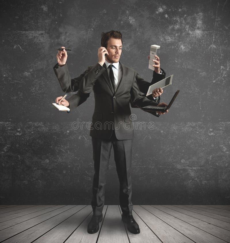 Homem de negócios a multitarefas