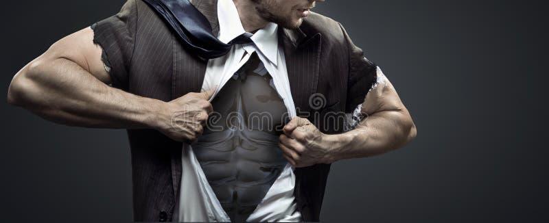 Homem de negócios muscular que rasga acima seu terno imagens de stock