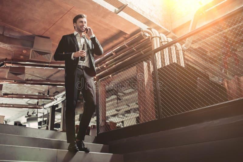 Homem de negócios na barra foto de stock