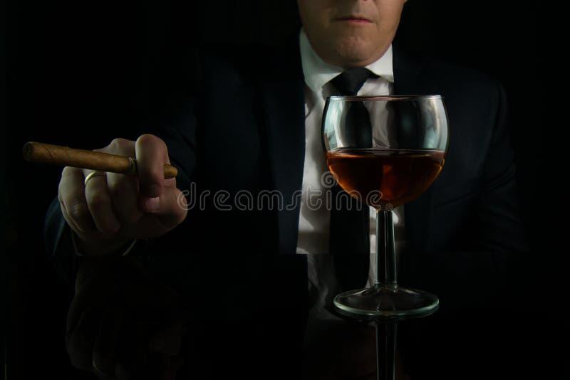 Homem de negócios na barra imagem de stock