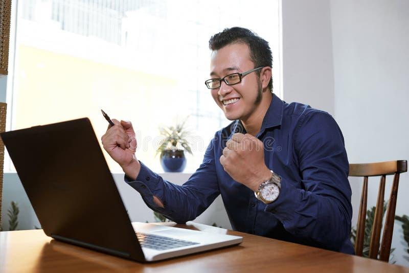 Homem de negócios na boa notícia de leitura em linha fotos de stock royalty free