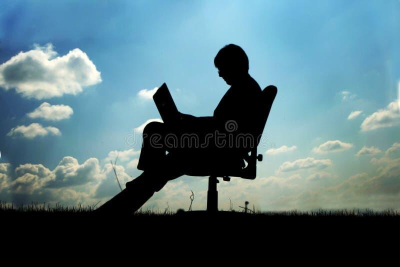 Homem de negócios na cadeira fora fotos de stock