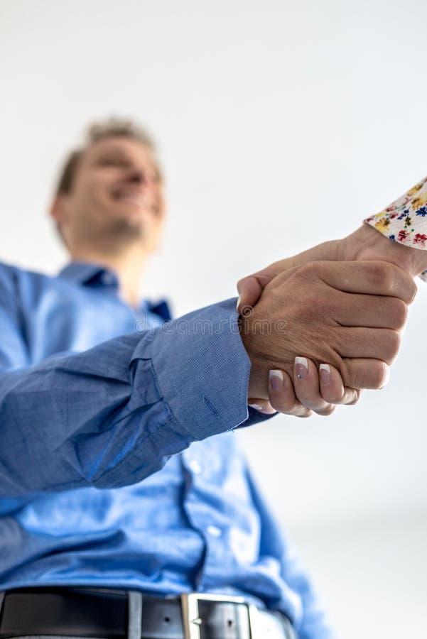 Homem de negócios na camisa azul que agita as mãos fotografia de stock