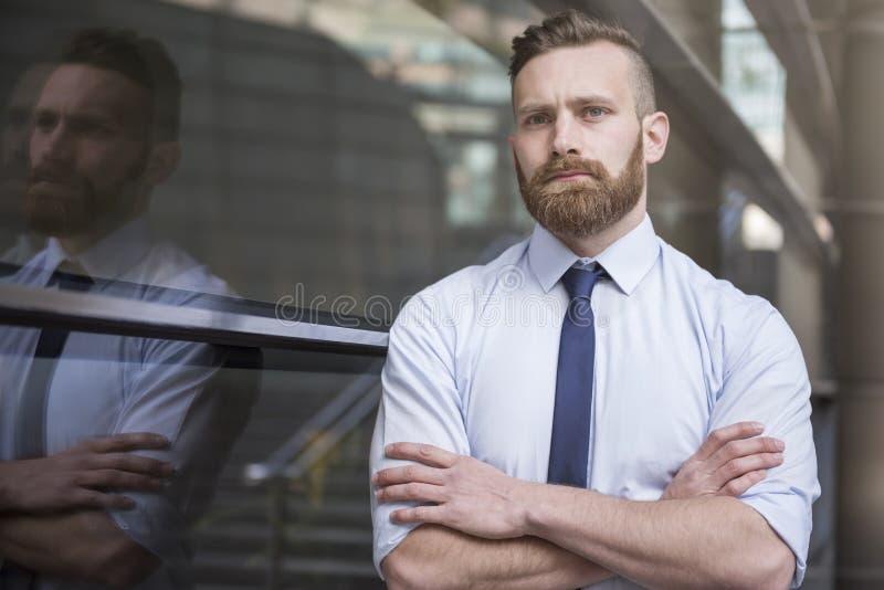 Homem de negócios na cidade do negócio fotografia de stock