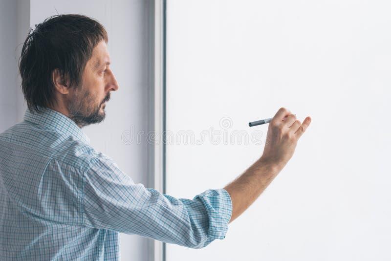 Homem de negócios na escrita do escritório no whiteboard fotos de stock royalty free