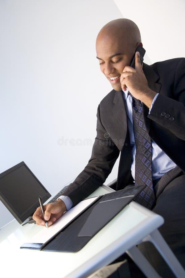 Homem de negócios na escrita do telefone fotografia de stock