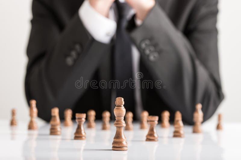 Homem de negócios na estratégia do planeamento do terno de negócio com xadrez escura f imagens de stock