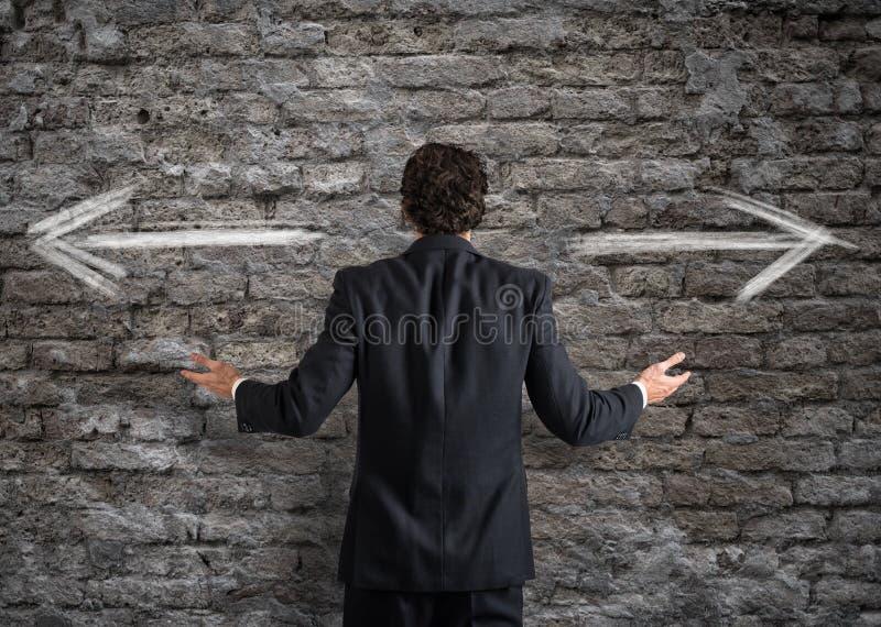 Homem de negócios na frente de uma escolha fotografia de stock royalty free