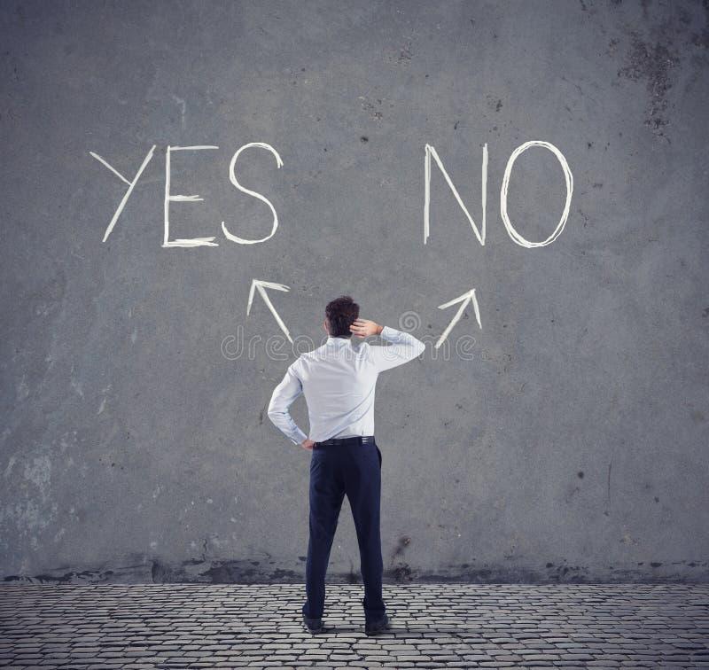 Homem de negócios na frente de uma escolha Sim ou questionário do no foto de stock