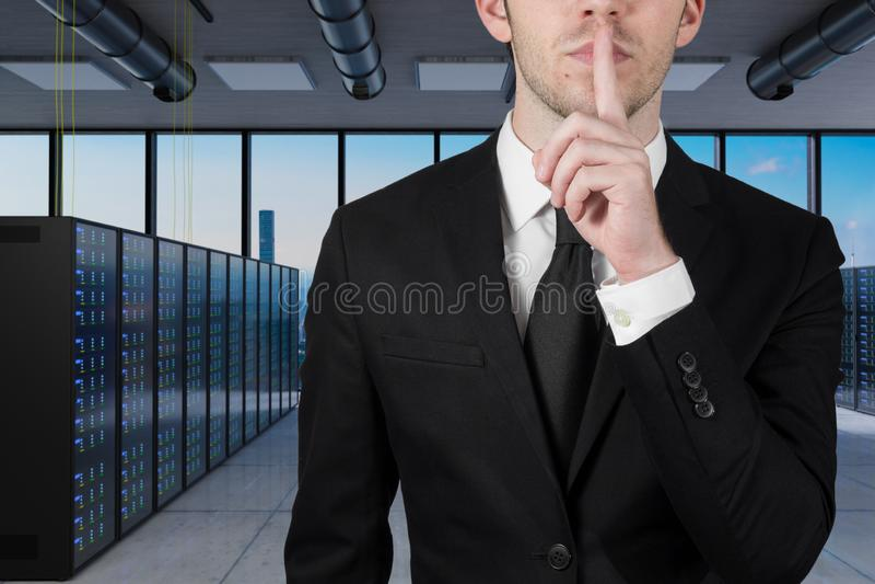 Homem de negócios na grande sala do servidor com o dedo nos bordos que pede a ilustração do silêncio 3d imagens de stock royalty free