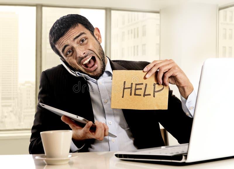 Homem de negócios na multitarefa do sinal da ajuda da terra arrendada do esforço oprimido no escritório de distrito financeiro foto de stock