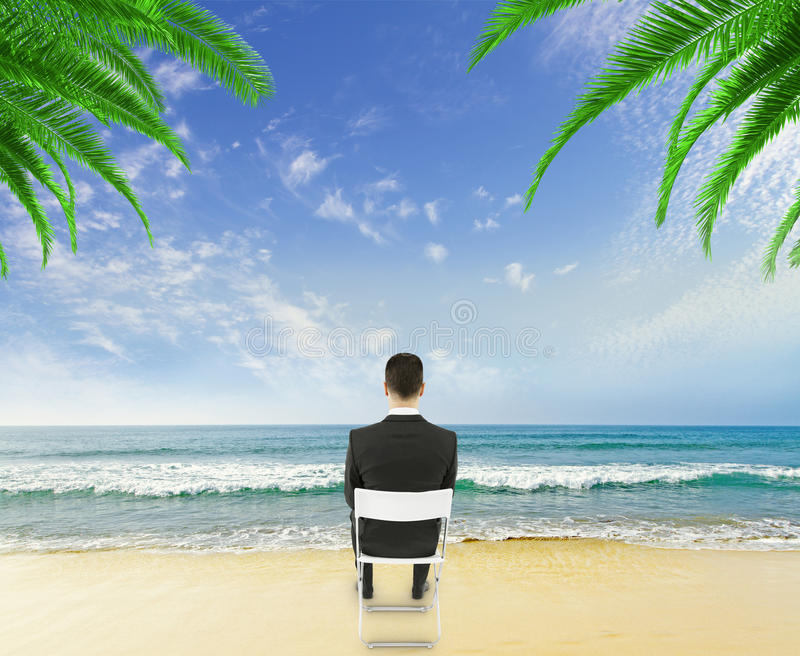 Homem de negócios na praia fotografia de stock royalty free