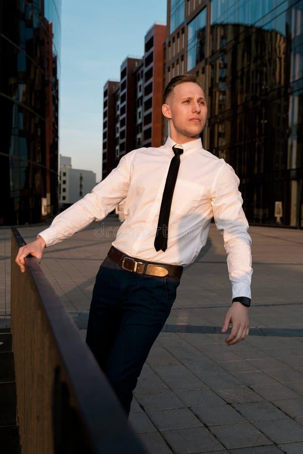 Homem de negócios na rua no por do sol imagens de stock royalty free