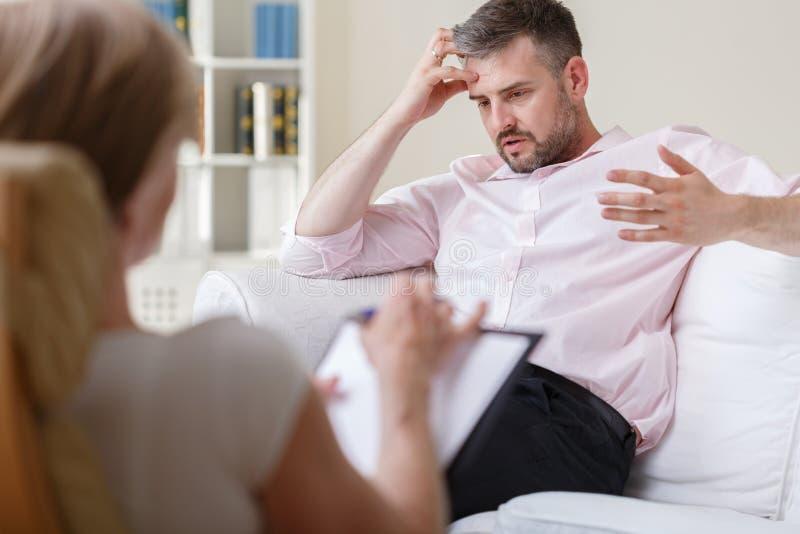 Homem de negócios na sessão da psicoterapia foto de stock royalty free
