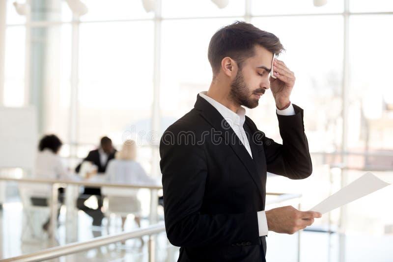 Homem de negócios nervoso suado que limpa a testa receosa antes do público imagens de stock