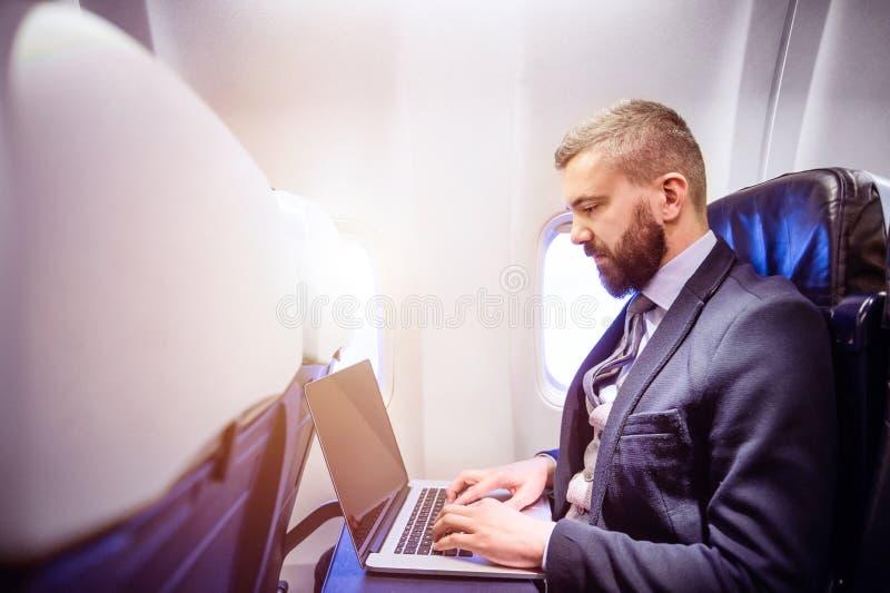 Homem de negócios no avião fotografia de stock royalty free