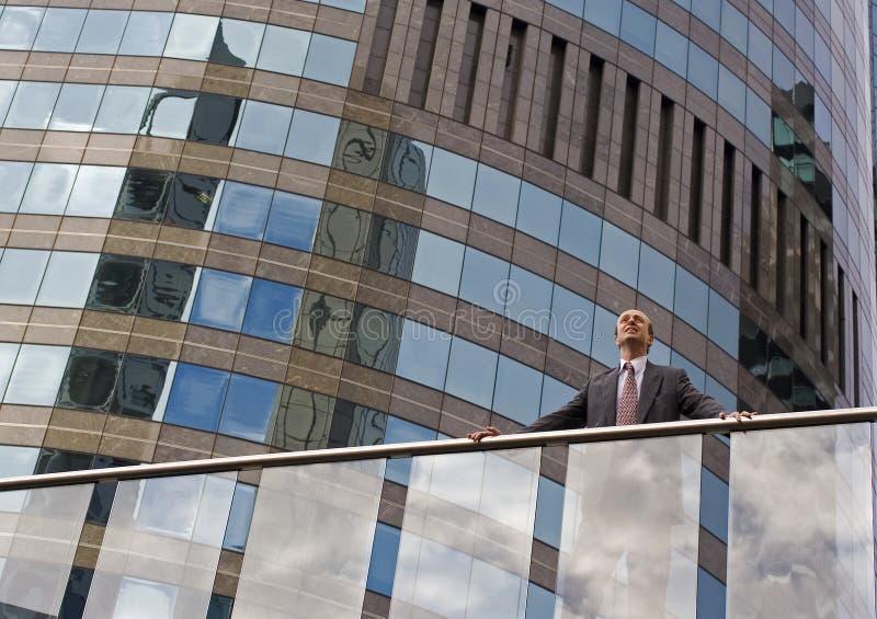 Homem de negócios no balcão imagens de stock