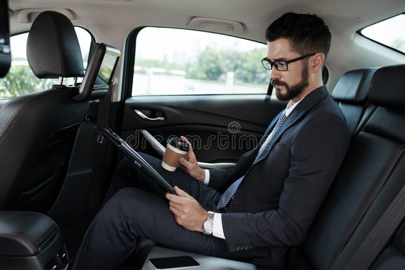 Homem de negócios no carro fotografia de stock