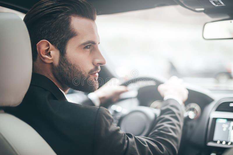 Homem de negócios no carro imagens de stock royalty free