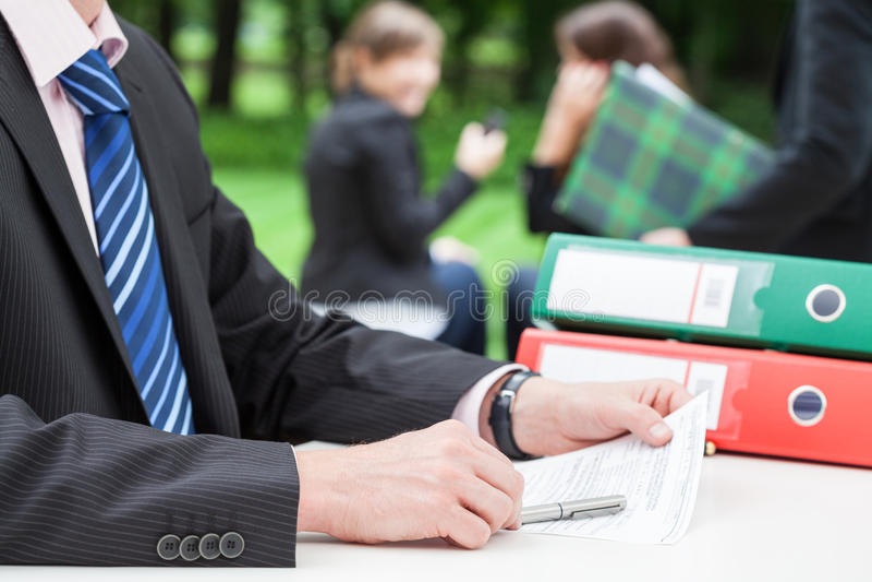 Homem de negócios no escritório foto de stock royalty free