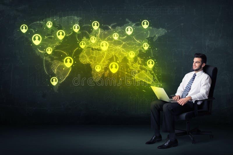 Homem de negócios no escritório com portátil e o mapa do mundo social da rede imagens de stock royalty free