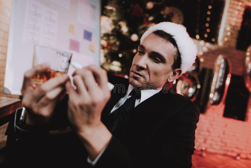 Homem de negócios no escritório que escreve no vidro com bebida imagens de stock royalty free
