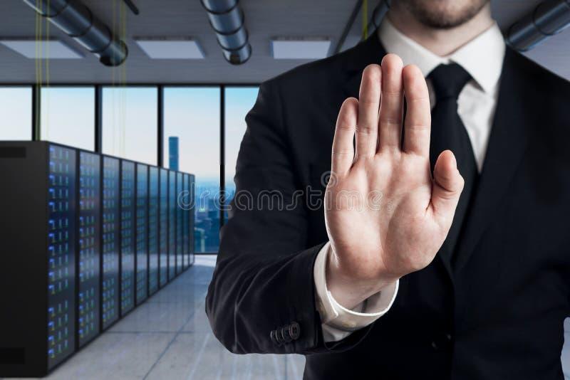 Homem de negócios no gesto moderno com suas mãos - da parada da sala do servidor ilustração 3D foto de stock