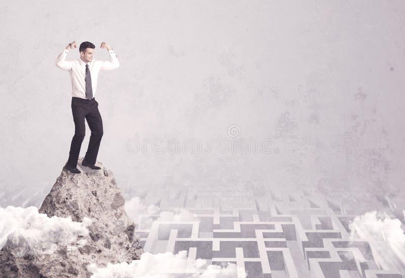 Homem de negócios no penhasco acima do labirinto foto de stock