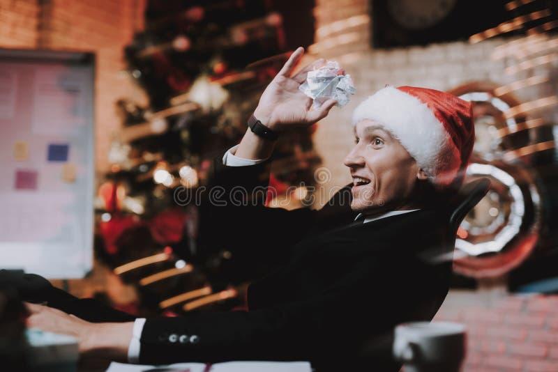 Homem de negócios no tampão vermelho no escritório na véspera de ano novo imagens de stock royalty free