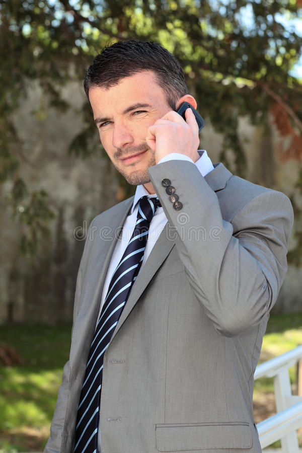 Homem de negócios no telefone ao ar livre fotografia de stock