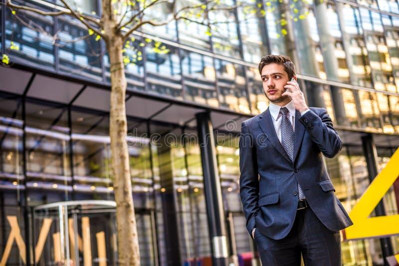 Homem de negócios no telefone celular foto de stock