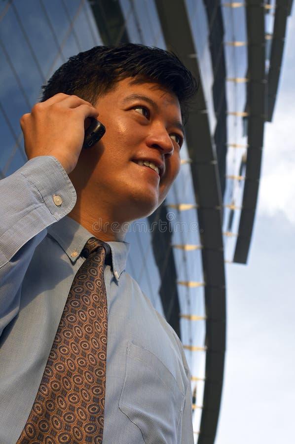 Homem de negócios no telefone de pilha imagens de stock royalty free