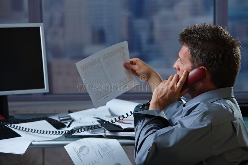 Download Homem De Negócios No Telefone Que Verific O Original Imagem de Stock - Imagem de atenção, focalizar: 12801243