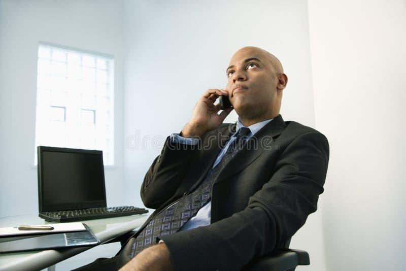 Homem de negócios no telemóvel. fotos de stock
