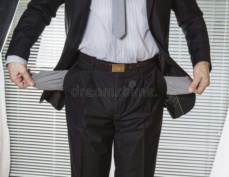 Homem de negócios no terno com bolsos vazios imagem de stock royalty free