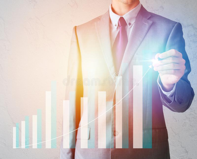 Homem de negócios no terno com gráficos da tração da pena do negócio ilustração royalty free