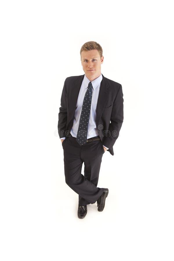 Homem de negócios no terno com mãos em uns bolsos imagens de stock royalty free
