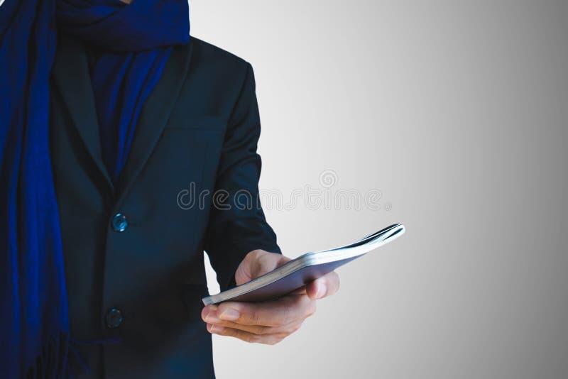 Homem de negócios no terno do inverno com passaporte ou cartão da identificação disponível, foco seletivo disponível fotos de stock