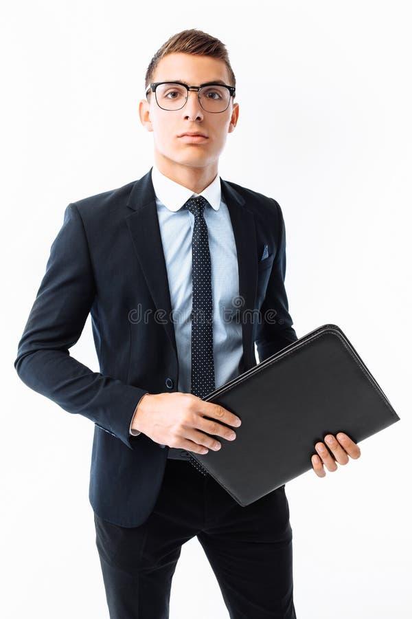 Homem de negócios no terno e em vidros pretos, com dobrador à disposição, homem fotos de stock
