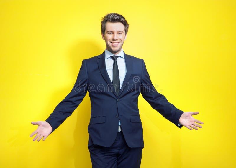 Homem de negócios novo amigável na pose aberta imagens de stock royalty free