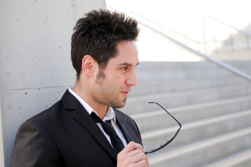 Homem de negócios novo atrativo com eyeglasses fotografia de stock royalty free