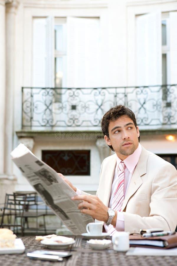 Download Papel Atrativo Da Leitura Do Homem De Negócios No Café. Foto de Stock - Imagem de café, distrito: 29844912