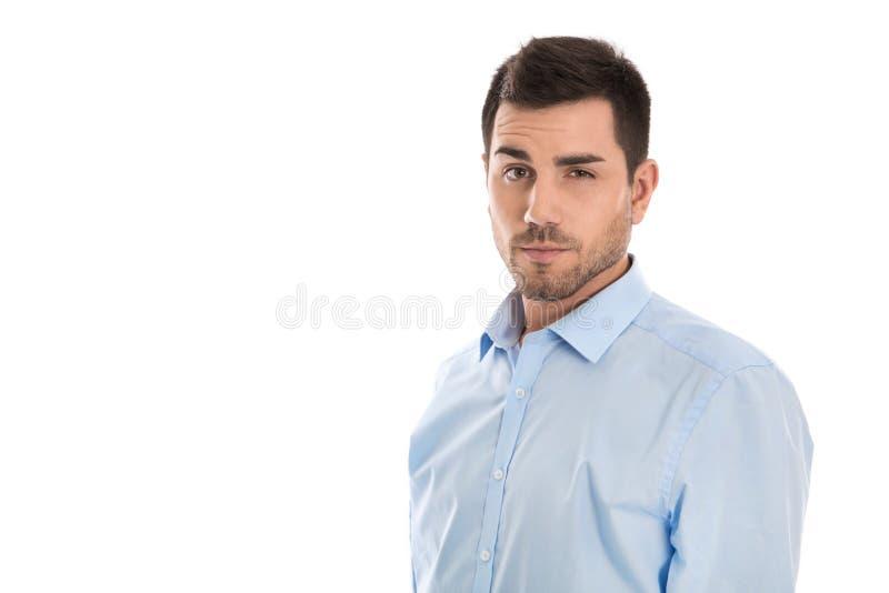 Homem de negócios novo atrativo que veste a camisa azul sobre o wh imagens de stock royalty free